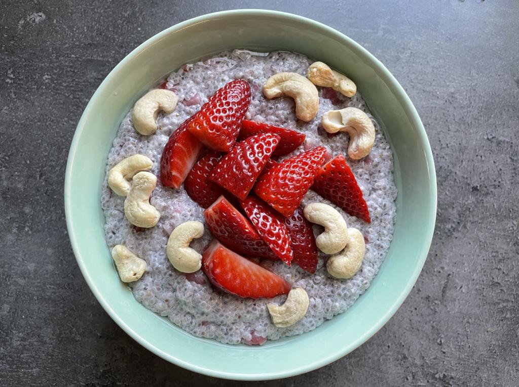 Recept: Chia pudink s kokosovým mlékem, jahodami a kešu ořechy